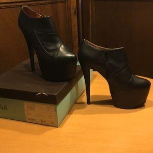 Nyla Bayson platform bootie size 10